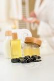 Primo piano dei prodotti e dei tovaglioli di cura del corpo della stanza da bagno Immagini Stock