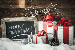 Primo piano dei regali di Natale con la candela Fotografia Stock Libera da Diritti