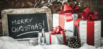Primo piano dei regali di Natale con la candela Fotografie Stock Libere da Diritti