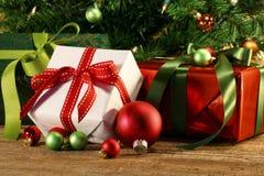 Primo piano dei regali sotto un albero Fotografia Stock