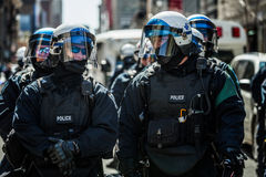 Primo piano dei ritratti dei poliziotti pronti nel caso del problema Fotografia Stock