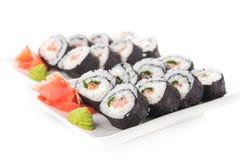 Primo piano dei rotoli di sushi con il salmone Immagini Stock Libere da Diritti
