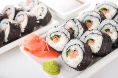 Primo piano dei rotoli di sushi con il salmone Fotografia Stock