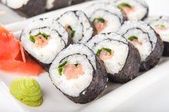 Primo piano dei rotoli di sushi con il salmone Immagini Stock