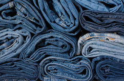 Primo piano dei rotoli restretto jeans Immagine Stock