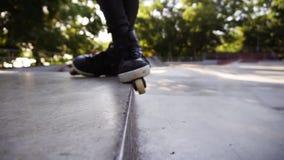 Primo piano dei rulli dell'uomo sull'orlo del parapetto Giovane rullo che esegue le acrobazie sui pattini di rullo Sport e svago video d archivio