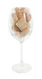 Primo piano dei sugheri della bottiglia di vino in bicchiere di vino isolato Immagine Stock