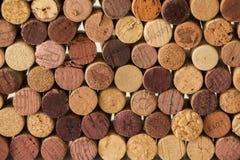 Primo piano dei sugheri usati del vino che formano un modello che crea un fondo originale fotografia stock libera da diritti