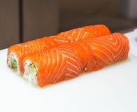 Primo piano dei sushi del servizio immagine stock