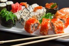 Primo piano dei sushi giapponesi dei frutti di mare Fotografie Stock
