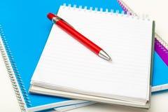 Primo piano dei taccuini e della penna Immagini Stock Libere da Diritti