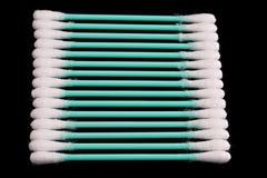 Primo piano dei tamponi di cotone su una priorità bassa nera fotografie stock