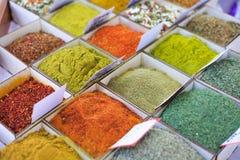 Primo piano dei tipi differenti di spezie e di seaso orientali colorati immagine stock libera da diritti