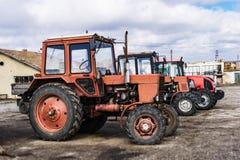Primo piano dei trattori dopo l'aratura Ruote coperte di fango Agr Immagine Stock