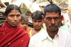 Primo piano dei una coppia di famiglia urbana dell'India di bassifondi Fotografia Stock Libera da Diritti