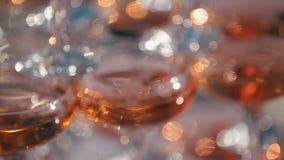 Primo piano dei vetri del champagne Alcool bevente festivo Panorama del fuoco della piramide di Champagne Festività nel ristorant archivi video