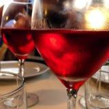 Primo piano dei vetri del vino rosso Immagine Stock