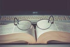 Primo piano dei vetri di lettura sul libro Fotografie Stock