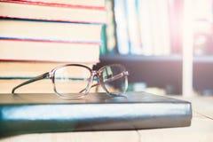Primo piano dei vetri di lettura sul libro Fotografia Stock