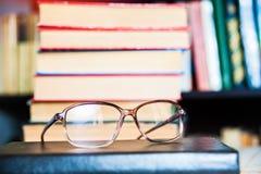 Primo piano dei vetri di lettura sul libro Immagini Stock Libere da Diritti