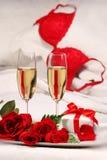 Primo piano dei vetri e delle rose del champagne Fotografia Stock
