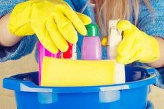 Primo piano del bacino del holdinh della donna con i rifornimenti di pulizia immagini stock libere da diritti
