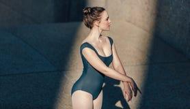 Primo piano del ballerino di balletto femminile che la pratica movimenti Fotografie Stock Libere da Diritti