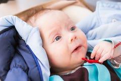 Primo piano del bambino caucasico adorabile Ritratto di un neonato di tre mesi Immagine Stock