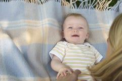 Primo piano del bambino sulla coperta all'aperto fotografia stock libera da diritti