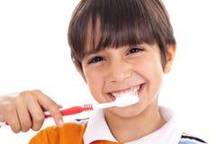 Primo piano del bambino sveglio che pulisce i suoi denti Immagini Stock