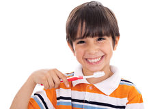 Primo piano del bambino sveglio che pulisce i suoi denti Fotografia Stock