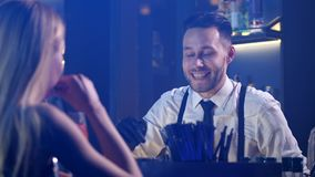Primo piano del barista che comunica con l'ospite della donna video d archivio