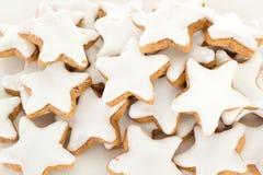 Primo piano del biscotto a forma di stella della cannella fotografia stock