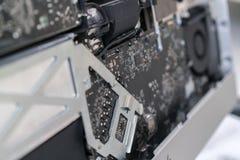 Primo piano del bordo del computer riparazione del computer smontato Fotografia Stock