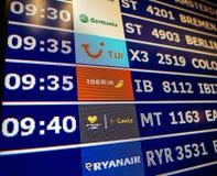 Primo piano del bordo di informazioni dell'aeroporto nello Spagnolo moderno Europa Airp immagini stock