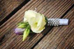 Primo piano del boutonniere dello sposo della rosa e del tulipano di bianco immagini stock libere da diritti