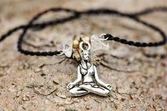 Primo piano del braccialetto con la ragazza di yoga nella posizione di loto immagine stock
