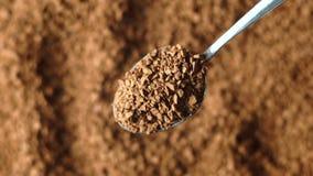Primo piano del caffè macinato, cucchiaio video d archivio