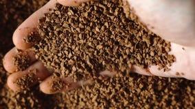 Primo piano del caffè macinato nella mano del ` s degli uomini video d archivio