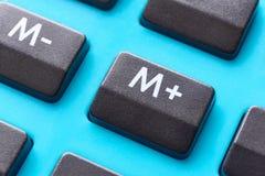 Primo piano del calcolatore con il bottone di memoria a fuoco immagini stock libere da diritti