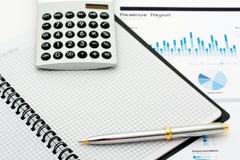 Primo piano del calcolatore, della penna e della nota Fotografie Stock