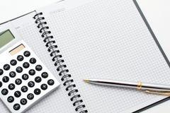 Primo piano del calcolatore, della penna e della nota sulla tabella Immagini Stock Libere da Diritti