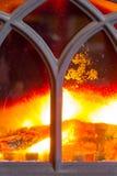 Primo piano del camino con l'interno arancio della fiamma del fuoco heating immagine stock