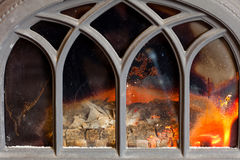 Primo piano del camino con l'interno arancio della fiamma del fuoco heating fotografia stock libera da diritti