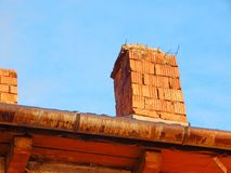 Primo piano del camino del mattone con bello cielo blu fotografia stock libera da diritti
