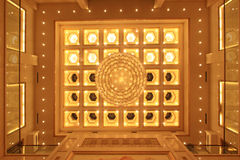 Candeliere sul soffitto in un hotel Immagine Stock Libera da Diritti