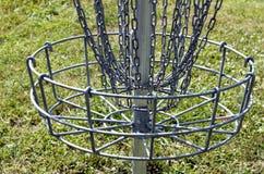 Primo piano del canestro di golf del canestro e delle catene Fotografia Stock Libera da Diritti
