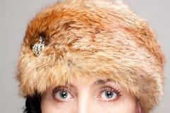 Primo piano del cappello e degli occhi di pelliccia Fotografie Stock