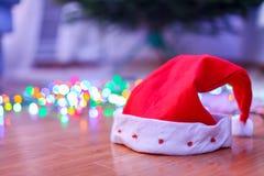 Primo piano del cappello rosso di Natale sul pavimento vicino Immagini Stock