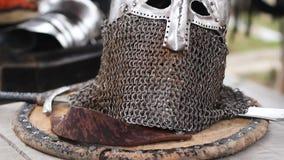 Primo piano del casco autentico del piatto d'acciaio con la maschera di protezione della posta, mostra storica archivi video